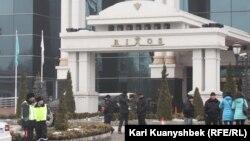 Полиция перед зданием отеля Rixos, где проходят переговоры по ядерной программе Ирана. Алматы, 26 февраля 2013 года.