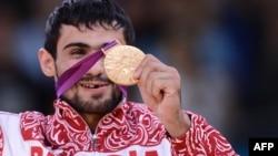 Дзюдодан олимпиада чемпионы болған ресейлік балуан Арсен Галстян (60 килограмм) жеңіс тұғырында тұр. Лондон, 28 шілде 2012 жыл.