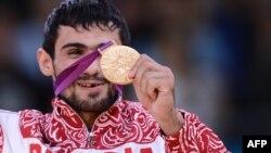 Первый российский чемпион Олимпиады-2012 Арсен Галстян. 28 июля 2012 г