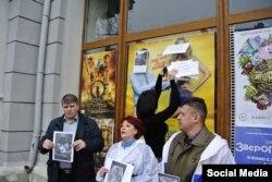 """Активисты в Симферополе бойкотируют показ фильма """"8 лучших свиданий"""""""