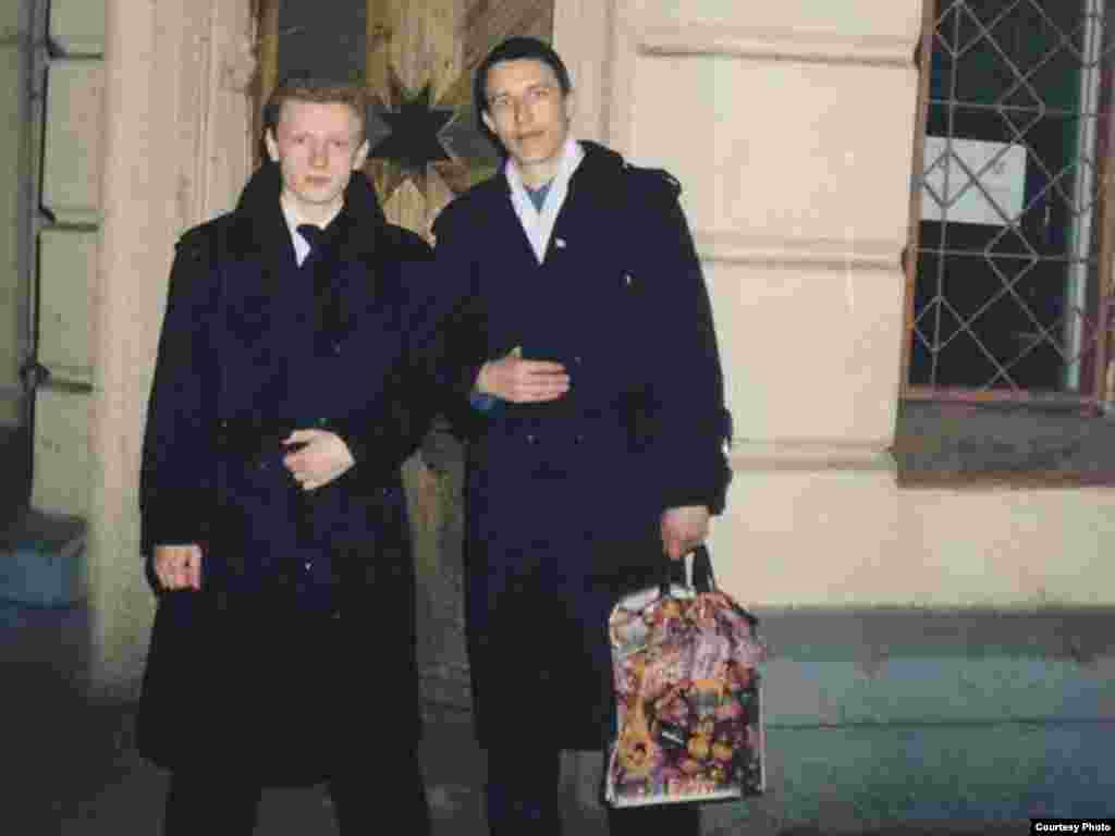 Павал Севярынец іАляксей Янукевіч лятагачаснай Управы БНФ наВарвашэні, 1999год
