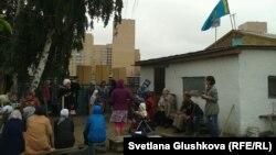 Астаналық Алтын Червалиеваның үйін күреуге қарсы жұрт. 15 тамыз 2014 жыл