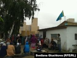 Люди собрались во дворе дома Алтын Червалиевой в день его сноса. Астана, 15 августа 2014 года.