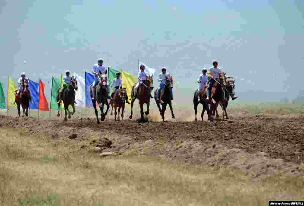 Справа от этноаула разбили временный ипподром, на котором проходили скачки аламан-байга.