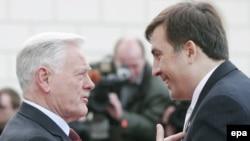 Litva prezidenti Valdas Adamkus Mixail Saakaşvilini salamlayır, Vilnyus, 10 oktyabr