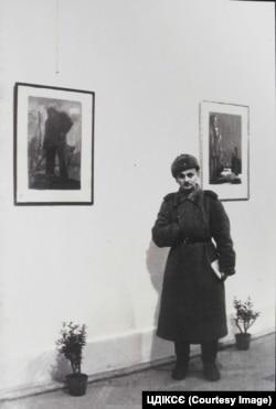 Художник Зіновій Толкачов під час своєї виставки «Майданек». Краків, березень 1945 року. Фото надане Центром досліджень історії та культури східноєвропейського єврейства