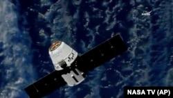 Транспортник компании SpaceX на подлете к Международной космической станции (МКС), 2 июля 2018