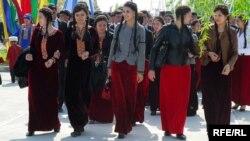 Magtymguly adyndaky Türkmen Döwlet uniwersitetiniň studentleri medeni çärä gatnaşýarlar. Aşgabat, aprel, 2010.