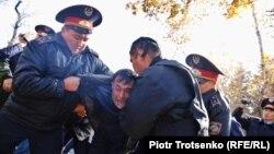 Полиция Төле би және Панфилов көшелерінің қиылысында адамдарды ұстап жатыр. Алматы, 26 қазан 2019 жыл.