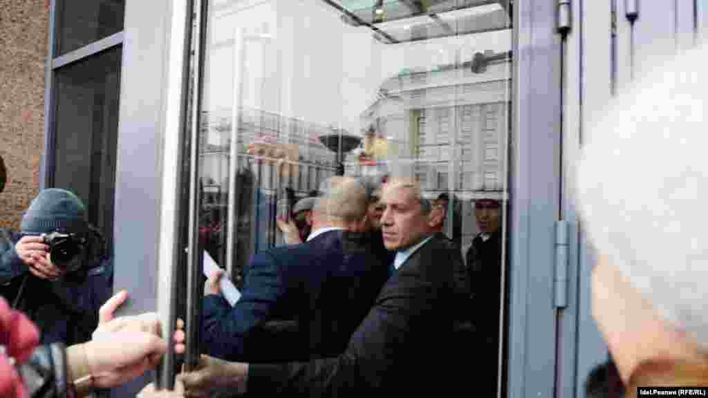 Изначально вкладчиков банков пускать в Кабинет Министров РТ не хотели.
