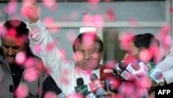 Пәкістанның бұрынғы премьер-министрі Первез Мушарраф әуежайға келген жақтастарына амандасып тұр. Карачи, 24 наурыз 2013 жыл.