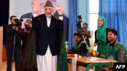 Айрым оогандыктар азыркы саясий кризис үчүн мөөнөтү аяктап бараткан президент Хамид Карзайды күнөөлөшүүдө.