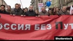 Близько 15 тисяч людей взяли участь в демонстрації «За чесні вибори» на чолі з опозиціонерами Олексієм Навальним, Гаррі Каспаровим і Сергієм Удальцовим. 25 лютого 2012 року