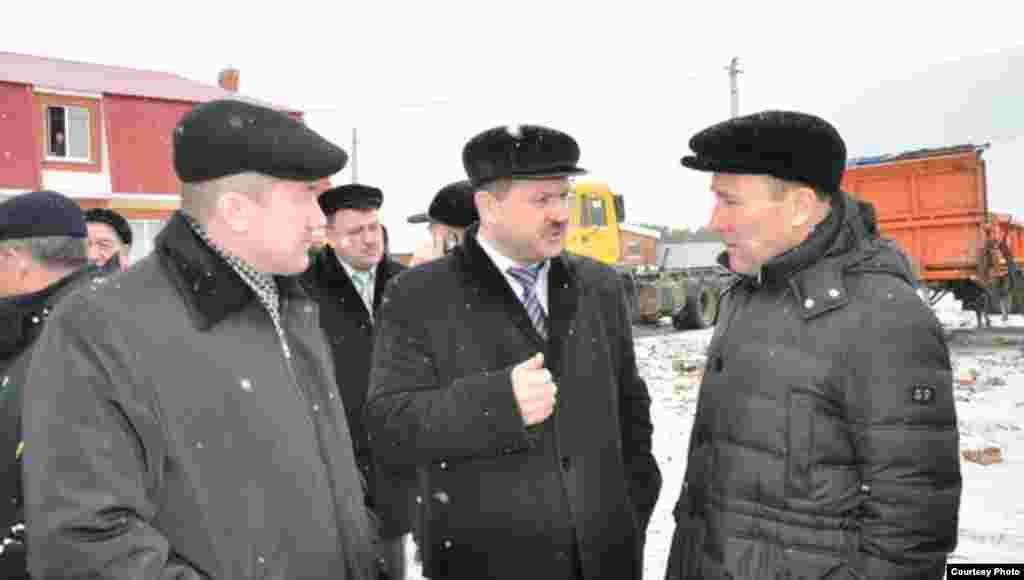 Аларны Шыгырданда Батыр районы башлыгы Николай Глухов (уртада) каршылады