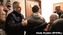 Адзін зь «людзей у цывільным» хапае Сяргея Спарыша падчас суду над Зьмітром Паліенкам