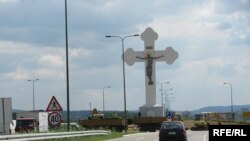Ѓурѓовденскиот крст на влезот во Крагујевац