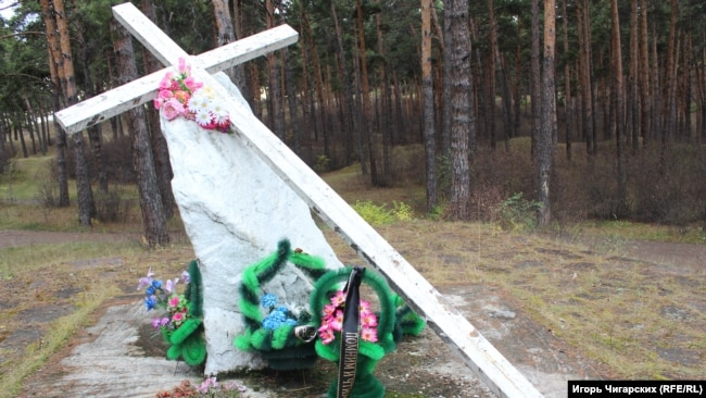 Памятник жертвам репрессий в минусинском бору на месте расстрелов
