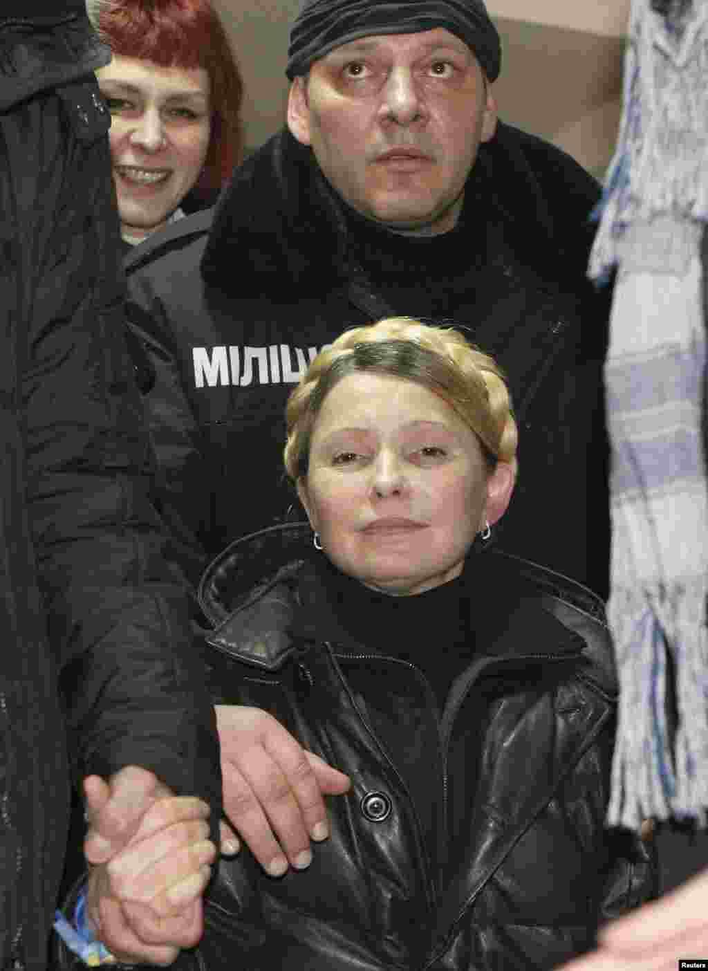 Аркасы дәвамлы һәм нык авырткан Тимошенко төрмә хастаханәсендә сак астында тотылды.