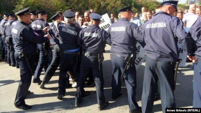 Policija spriječava demonstrante da blokiraju magistralni put, 22. oktobar 2013.