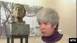 Скульптор Елена Мунц — соавтор Дмитрия Шаховского; их совместный проект памятника Осипу Мандельштаму победил в конкурсе