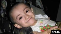 Уәлихан Серікқалиев туғанынан «остеогенез» дертімен ауырады. 2009 жылы түсірілген сурет.