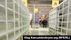 Пустые полки в супермаркете «Ашан» в Симферополе, июнь 2014 года