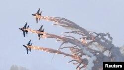 Россиянинг Нижний Тагил шаҳрида Су-27 ҳарбий самолётлари намойиш этилмоқда.