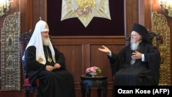 Russian Patriarch Kirill (left) and Greek Orthodox Ecumenical Patriarch Bartholomew I (right) in Istanbul on August 31.