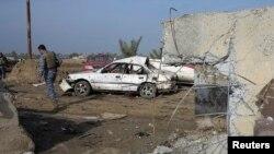 Pjestarët e sigurisë së Irakut e inspektojnë një shpërthim të mëparshëm në Irak