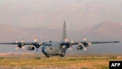 Американский самолет С-130 в аэропорту Кабула ( архивное фото)
