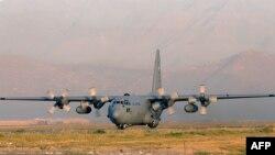 یک فروند سی ۱۳۰ ارتش آمریکا در فرودگاه کابل در سال ۲۰۱۲
