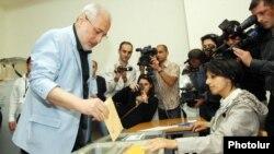 Представитель АРФД Ваан Ованнисян головует на избирательном участке, Ереван, 6 мая 2012 г.