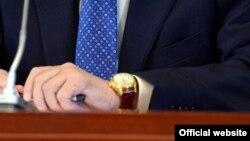 Эти часы подарил президент журналисту.
