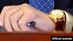 Часы Алмазбека Атамбаева, подаренные им журналисту «Де-факто» на итоговой пресс-конференции.