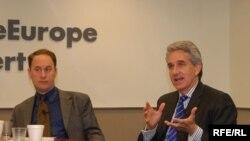 Consilierul Departamentului de Stat, Jeremy Shapiro cu Jeff Gedmin, președintele RFE/Radio Liberty la o întîlnire cu presa la Washington