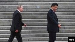 Xi Jinping (sağda) və Vladimir Putin