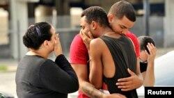 Орландодағы атыс құрбандарына қайғырып тұрған адамдар. АҚШ, 13 маусым 2016 жыл.