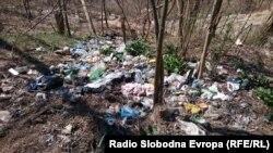 Дива депонија во близина на Катлановката бања