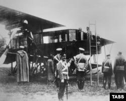 Сикорский представляет свой летательный аппарат царю Николаю II в 1913 году