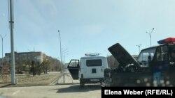 Спецмашины на улице Темиртау, города в Карагандинской области. 31 марта 2020 года.