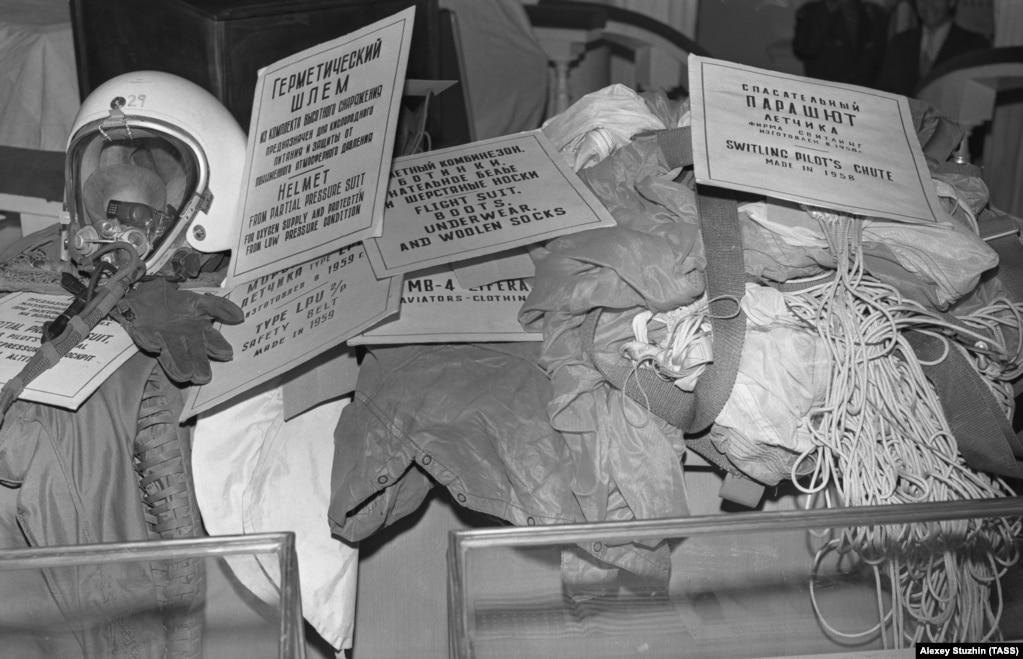 Tokom suđenja, Poversova kaciga, odelo i padobran su korišćeni kao materijalni dokazi da je bio američki špijun.