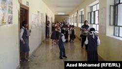 Школьники во время перемены