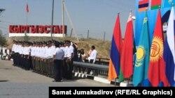 Під час урочистої церемонії відкриття митного кордону між Киргизстаном і Казахстаном, 12 серпня 2015 року