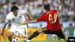 Luka Toni to'p uchun kurashmoqda. 2008 yil, Yevropa chempionati.