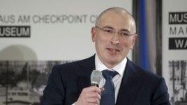 Ресейлік ЮКОС мұнай компаниясының бұрынғы басшысы Михаил Ходорковский баспасөз мәслихаты кезінде. Берлин, 22 желтоқсан 2013 жыл.