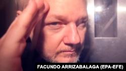 Зараз Джуліан Ассанж відбуває в британській в'язниці термін у 50 тижнів за порушення умов звільнення під заставу