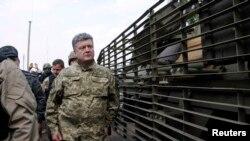 Порошенко во время своей недавней поездки на восток Украины