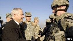 Министр Гейтс с офицерами первой танковой дивизии в Багдаде