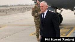 Министр обороны США Джим Мэттис после приземления его самолета в Кабуле. 13 марта 2018 года