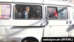 Ուղևորներով լեցուն երթուղային խարխուլ միկրոավտոբուս Երևանում, ապրիլ 2017 թ․